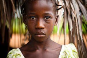 afbeelding van een meisje bij de oproep geef voor een veilig thuis